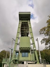 Sieht ein wenig aus wie der Förderturm einer Zeche: Der Hebeturm für eines der beiden mächtigen Schleusentore