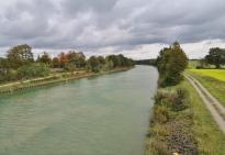 Wie ein blaues Band zieht sich der Kanal durch das nördliche Ruhrgebiet