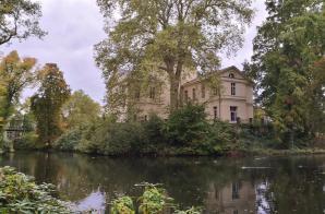 Das Herrenhaus vom Schlossweiher aus gesehen