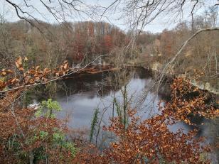 Der Blaue See ist ein ehemaliger Kalksteinbruch, der mit Grundwasser vollgelaufen ist