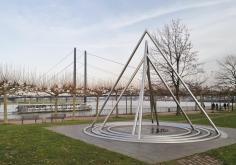 Ein bewegliches Kunstwerk, das stets den aktuellen Rheinpegel anzeigt