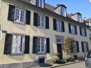 Historische Wohnhäuser am Rhein in Urdenbach aus der Zeit ab 1750