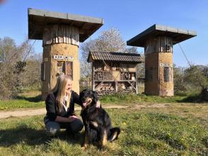 Heike mit Doxi vor dem großen Insektenhotel von Haus Wildenrath