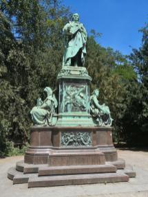Peter-von-Cornelius-Denkmal im Hofgarten beim Steigenberger Park-Hotel