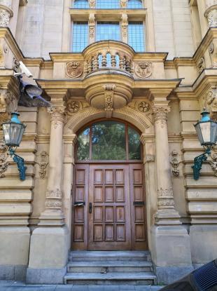 Portal der DHB-Bank in der vornehmen Josephinenstraße am Martin-Luther-Platz