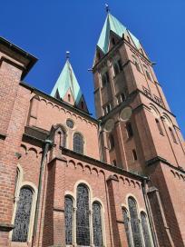 Seitenblick auf die beiden großen Kirchtürme