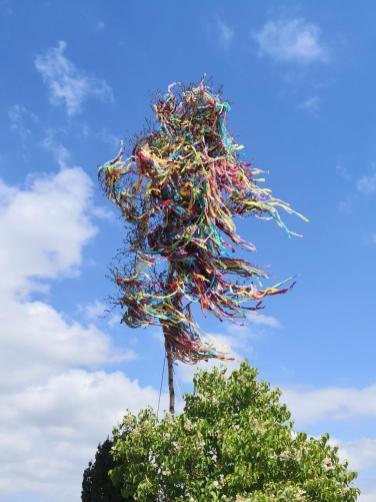 Endlich mal ein ordentlicher Maibaum - gesehen im Ort Rinnen