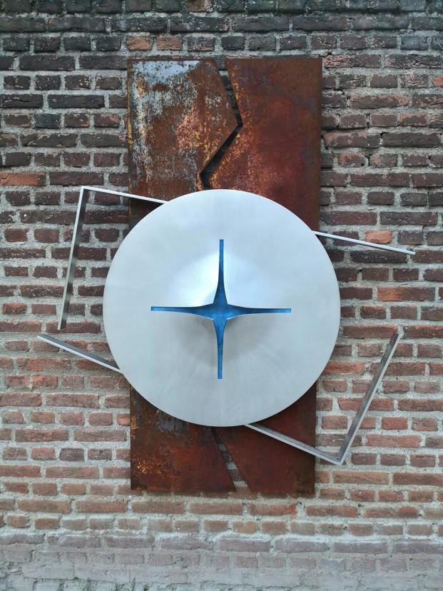 Auch dies ein Zeichen der Hoffnung: Wandskulptur am Kloster Langwaden bei Grevenbroich