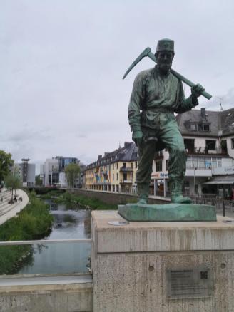 Figur im Stadtzentrum auf der Fußgängerbrücke über die Sieg