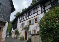 Schönes Haus am Aufstieg zur Burg