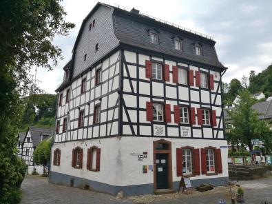 Prächtiges Haus unterhalb der Kirche St. Maria Himmelfahrt