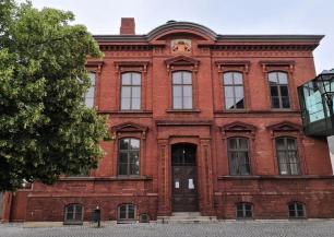 Historisches Schulgebäude auf der Stadtinsel