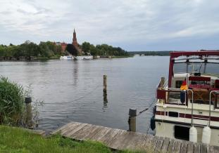 Blick vom Damm zwischen Stadtinsel und dem Westufer mit der ehemaligen Klosterkirche