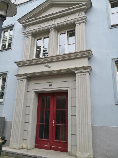 Portal eines der nach dem Krieg errichteten Blöcke