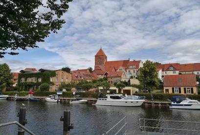 Blick über die Elde zur Altstadt von Plau am See