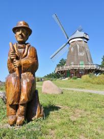 Skulptur vor der alten Holländermühle von 1805