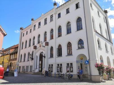 Das Rathaus von Waren an der Ostseite des Marktplatzes