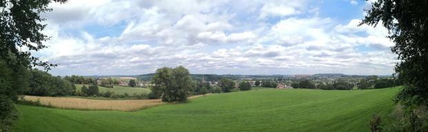 Panoramablick vom 2 Länderpunkt: Links Vaals, rechts Aachen mit dem markanten Bau das Aachener Universitätsklinikums, der an eine Fabrik erinnert
