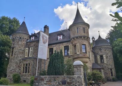 Burg Dattenfeld, Westflügel und Zufahrt