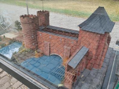 Modell der früheren Stadtbestigung am Peterturm mit doppeltem Wassergraben