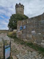 Innenhof der Mühlenburg mit dem Bergfried