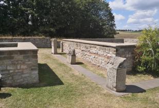 Rekonstruierte Steinmauern im Heiligtum der Matronae Aufaniae
