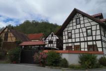 Häuser in Schaala an der Wehrkirche