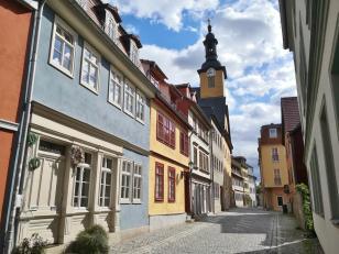 Häuser in der Stiftsgasse mit dem Uhrenturm des Alten Rathaus im Hintergrund