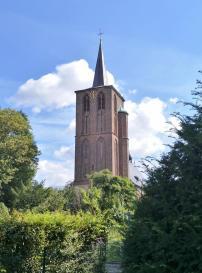 Turm der katholischen Pfarrkirche St. Peter in Born