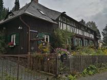 Schöne Häuser mit Bauerngarten am Ortsrand von Bad Elster