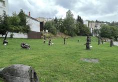 Holzskulpturen auf einer Brachfläche neben dem Kurpark