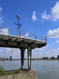 Kunstinstallation auf einem alten Industrieausleger am Homberger Rheinufer