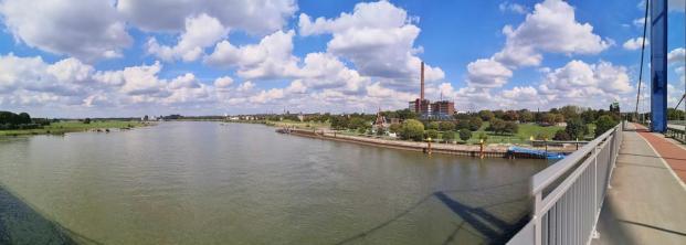 Panoramablick von der Friedriche Eber-Brücke auf den Rhein und die alten Indsutrieanlagen in Ruhrort