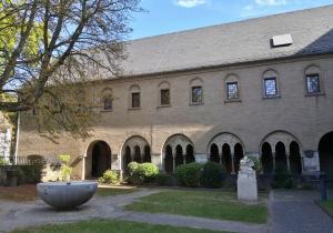 Innenof des ehemaligen Klosters neben der Basilika St. Margareta