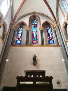 Kirchenfenster über dem Eingangsportal