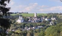 Blick aus der Ferne zur Burg Reifferscheid