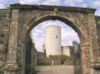 Toreinfahrt der Burg Reifferscheid mti Blick auf den Bergfried