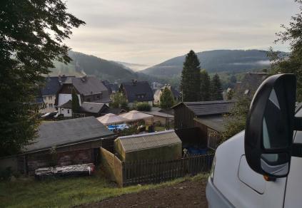 Dunstschwaden ziehen am frühen Morgen durch das Tal