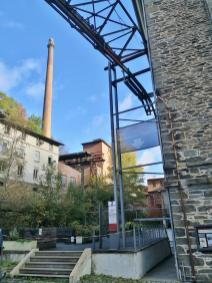 Blick zum mächtigen Turm des Heizkraftwerks