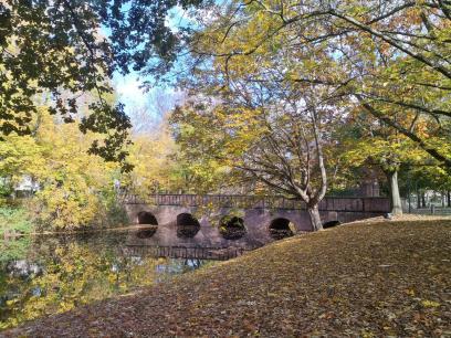 Zufahrt zum Schloss Wickrath über den Wassergraben