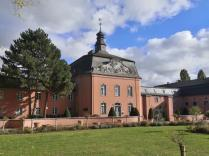 Östlicher Schlossfügel mit Stallungen des niederheinischen Kaltblut-Pferde-Zuchtverbands