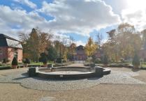 Blick auf den ehemaligen Marstall, heute ein Restaurant mitten im Schlosspark