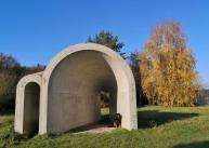 """Betonskulptur """"Eingang/Ausgang"""" vor der Raketenstation Hombroich"""