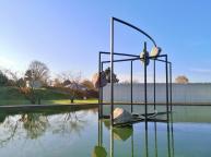 See vor dem Eingang zur Langen Foundation mit Skulptur von Alicja Kwade