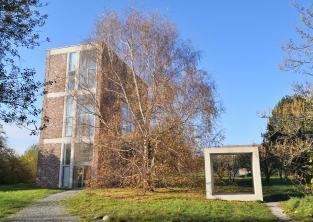 Auf dem Gelände verteilen sich die verschiedenen Künstlerhäuser und Ateliers