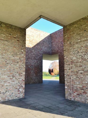 Blick durch das Parterre der Bibliothek