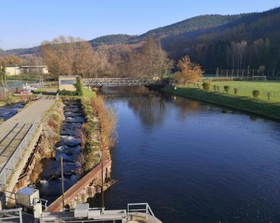 Abfluss der Rur vom Stausee Obermaubach, links die Fischtreppe