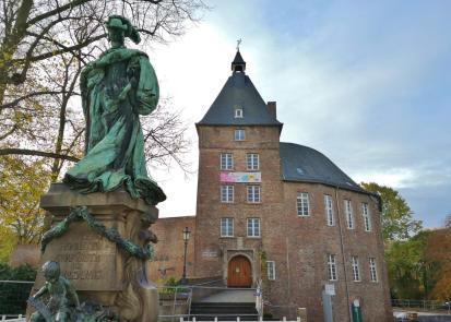 Vorderseite von Schloss Moers mit Statue der Herzogin Luise-Henriette