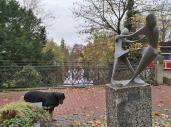Skulptur an dem vom Moersbach gespeisten Stadtgraben