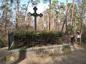 Ehrenkreuz am französischen Friedhof im Wald
